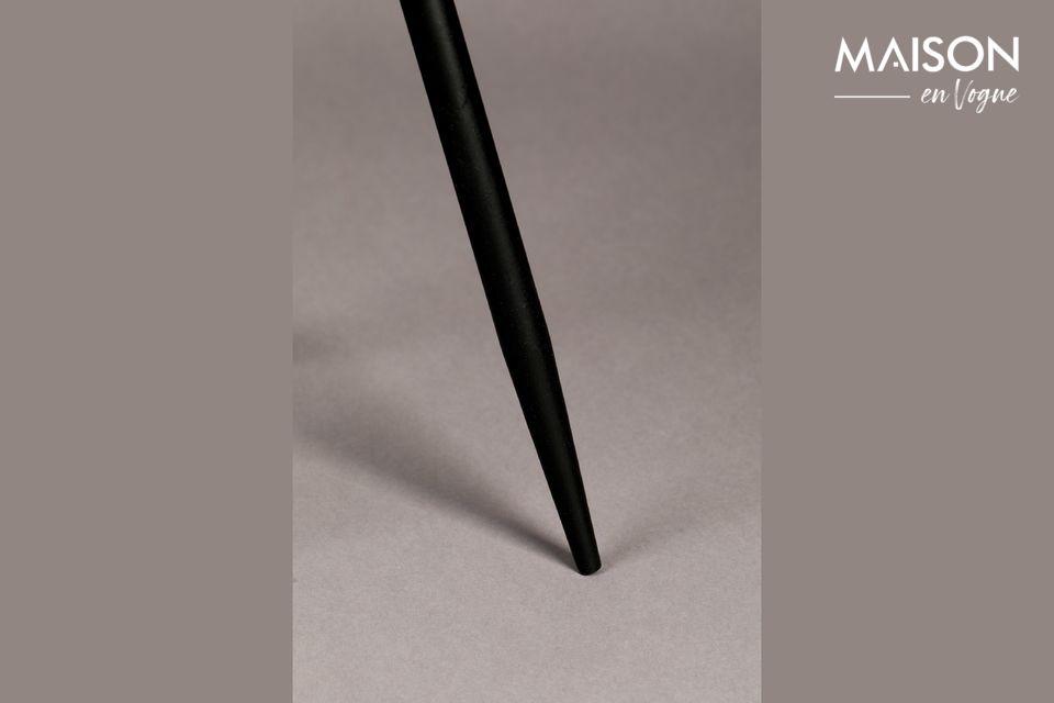 Au niveau du cylindre extérieur, le métal est perforé de petits hexagones