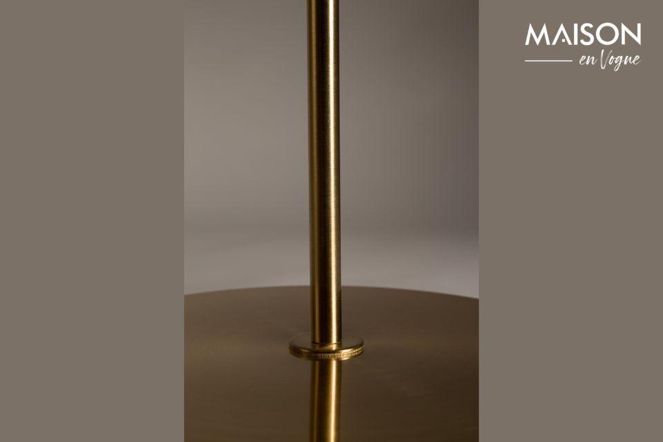 Ce lampadaire plaqué cuivre se démarque par la sobriété de ses formes qui en font un magnifique