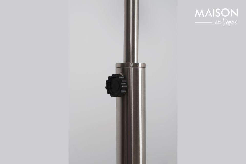La courbe de cette lampe de plancher est parfaite dans son arrondi et donne à l\'ensemble une