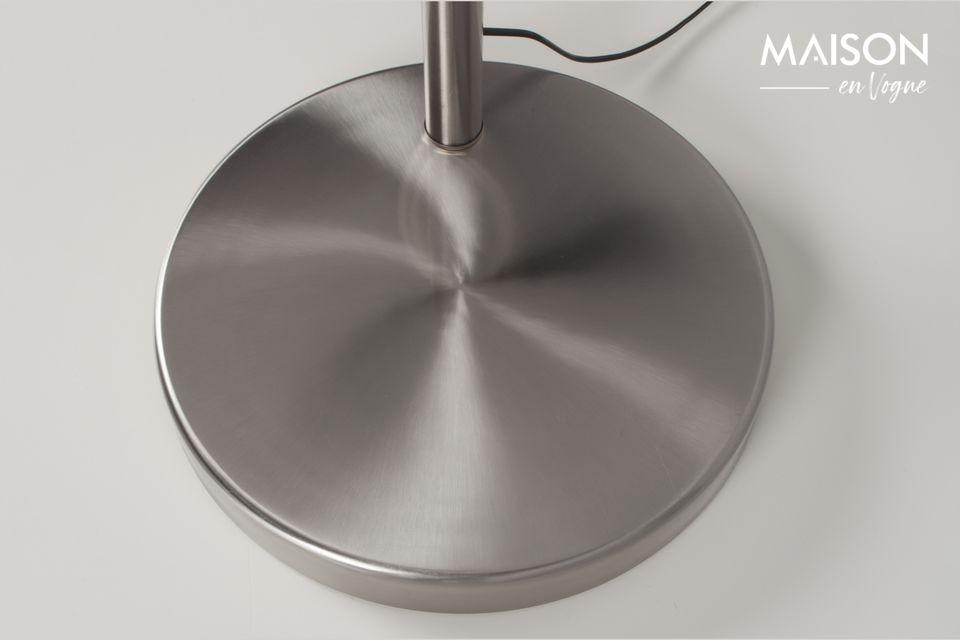 La base en marbre est recouverte de métal brossé