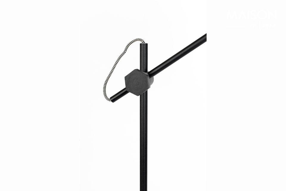 Monté sur un pied d\'une hauteur de 135,50 cm, ce joli lampadaire est très fonctionnel