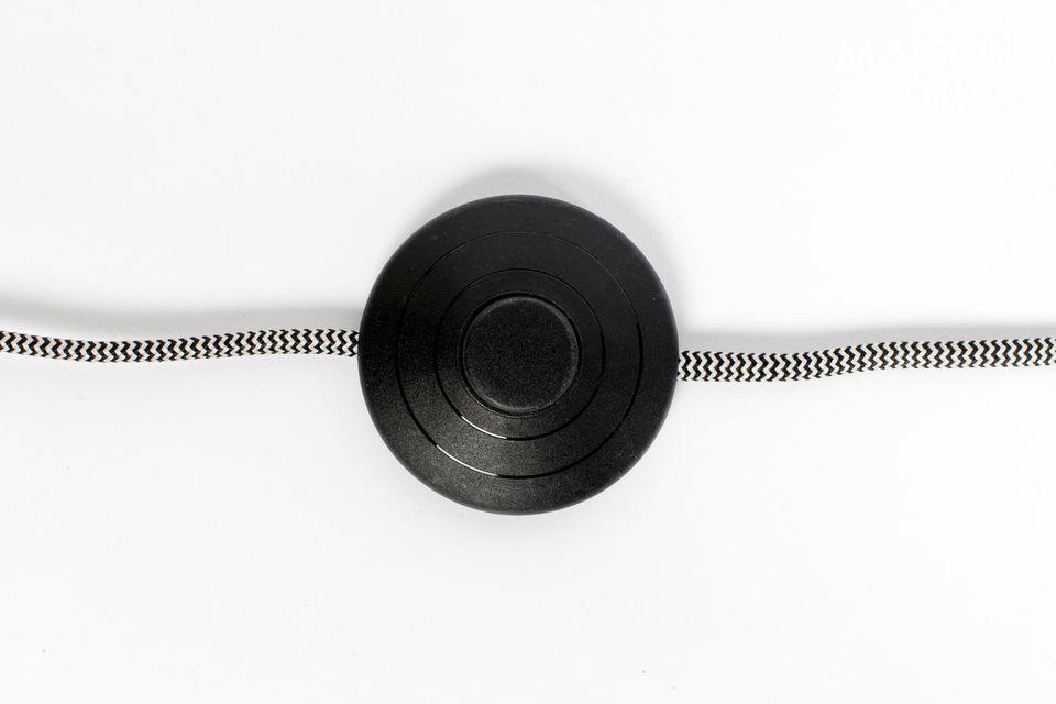 Le câble est recouvert d\'une texture en polyester