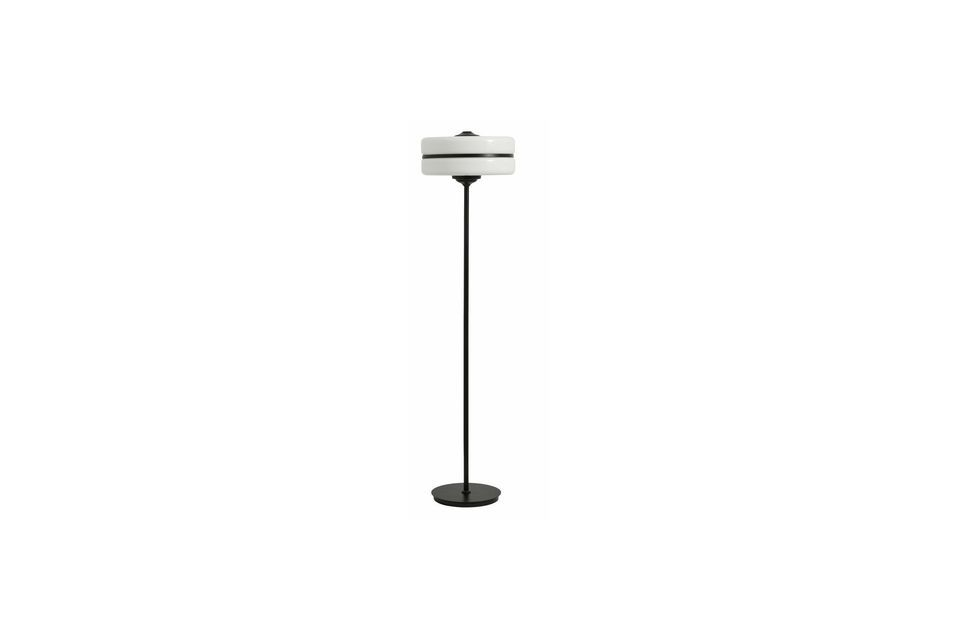 Cette lampe sur pied et sa forme singulière conviendra idéalement aux salons les plus