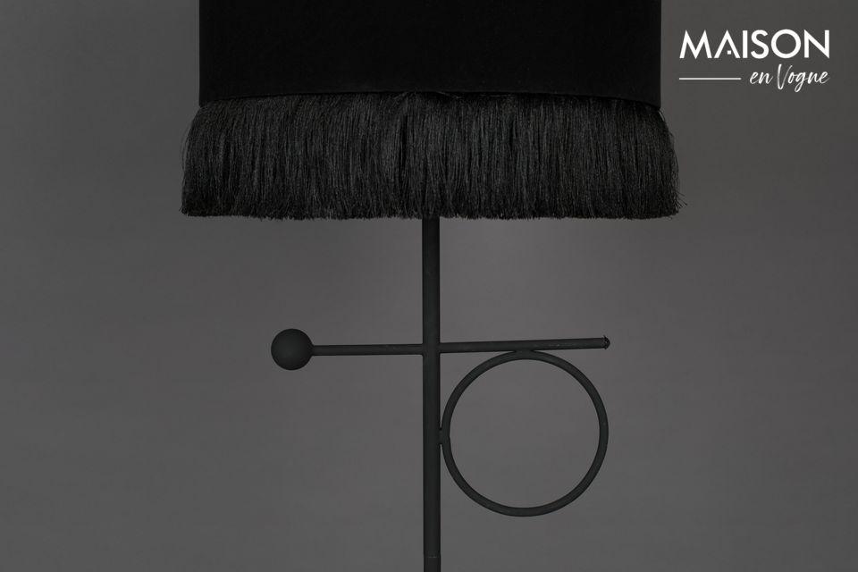 La base métallique conserve cette teinte sombre mais sur un design plus contemporain jouant sur