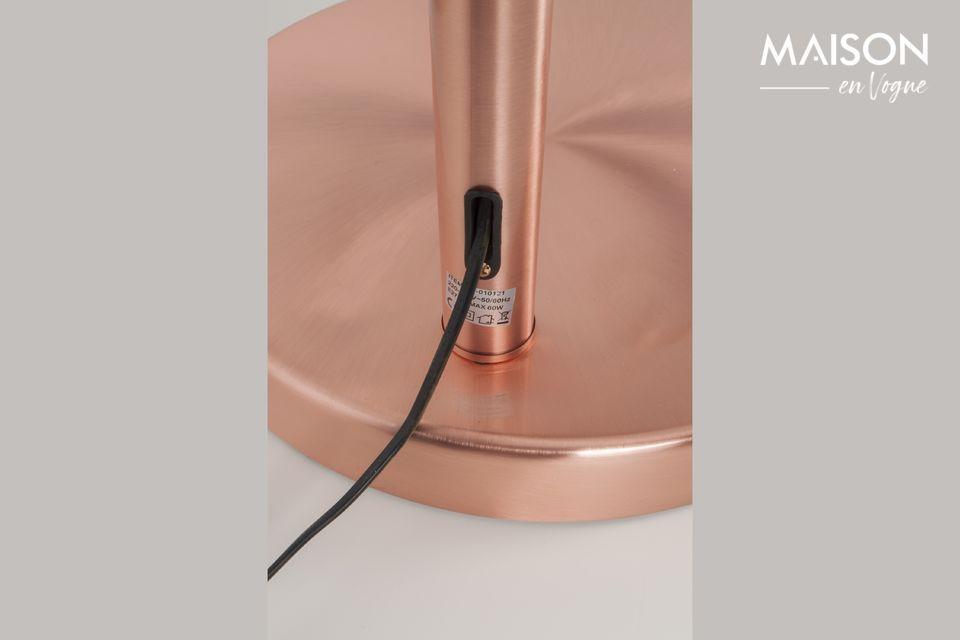 Un lampadaire iconique aux reflets métalliques très tendances