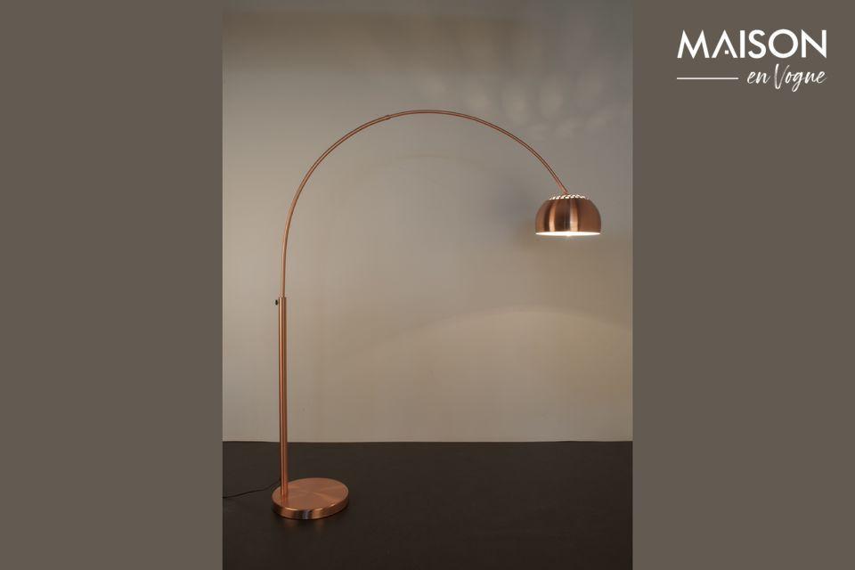 Il propose sa lumière avec un abat-jour en forme de coupole, à 150 cm de hauteur