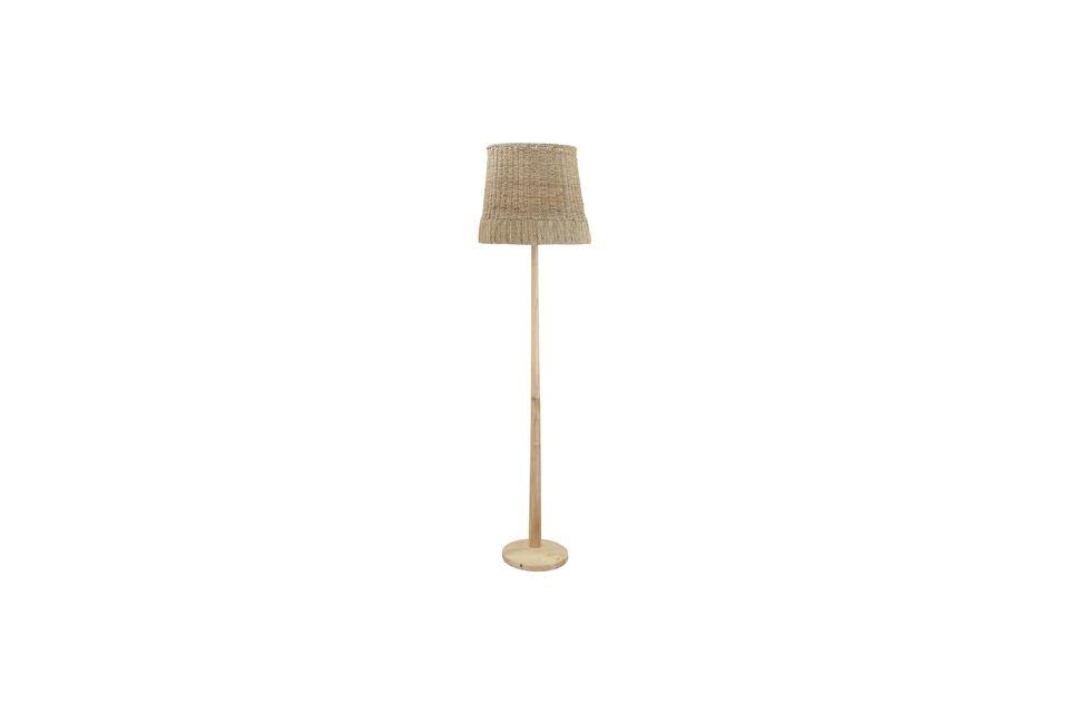 Un lampadaire en rotin et en bois