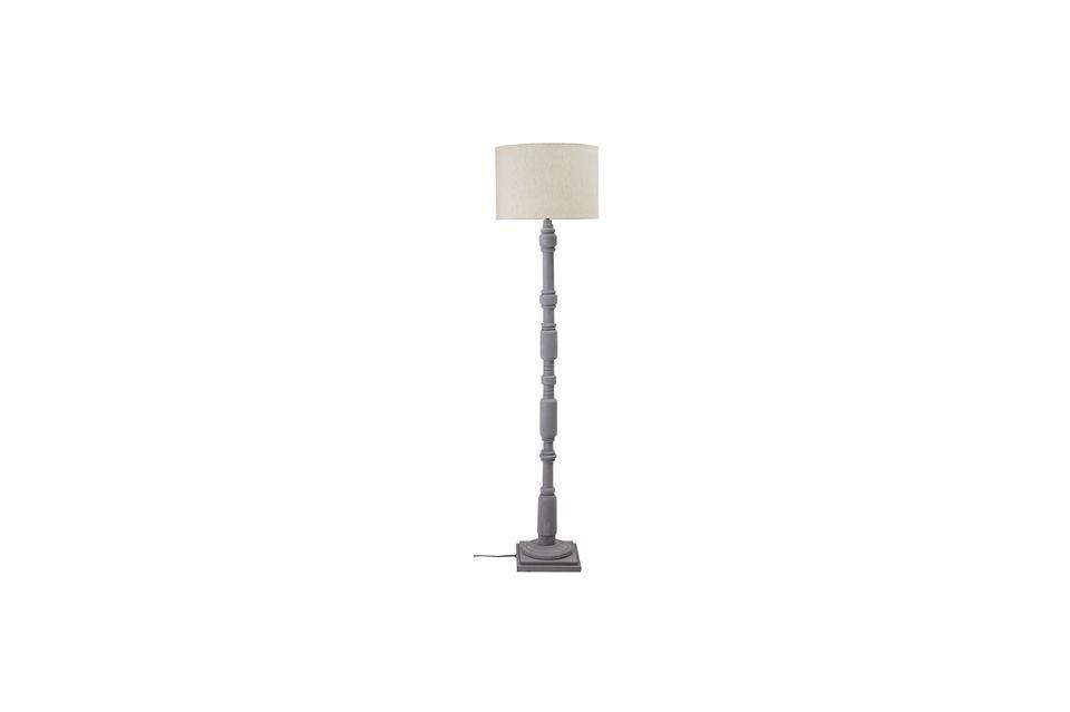 Un lampadaire style rétro en bois noble