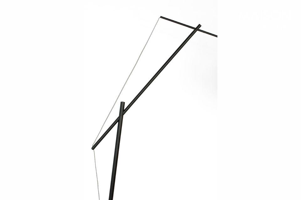Montée sur un socle circulaire et sur un pied en fer laqué de couleur noire