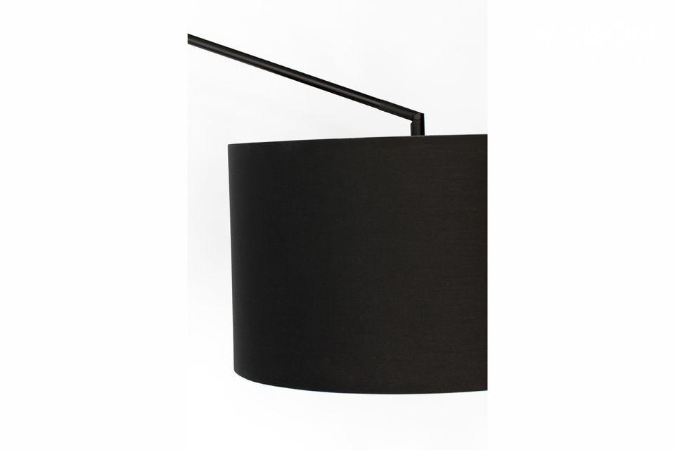 L\'abat-jour du lampadaire est constitué de 80 % de polyester et de 20 % de coton