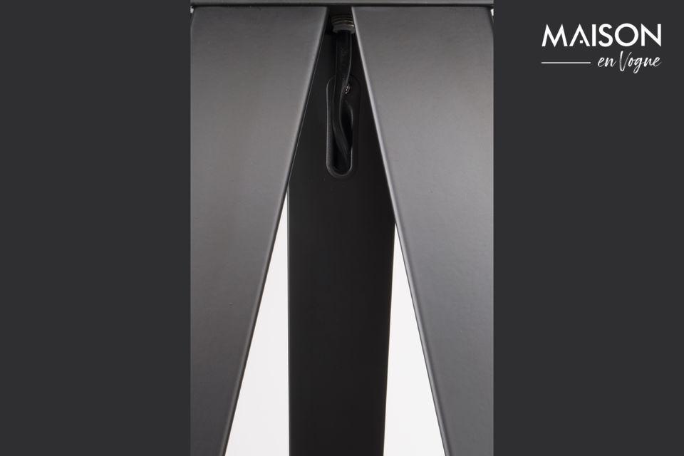 La forme originale de ce lampadaire lui confère une grande modernité