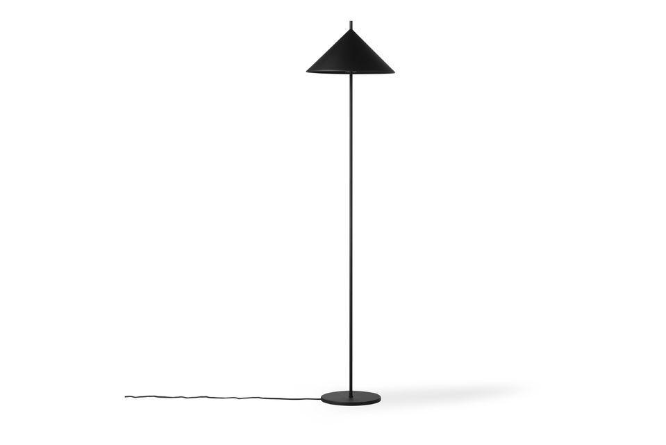 Le lampadaire triangulaire Tournay a été fabriqué en métal noir mat