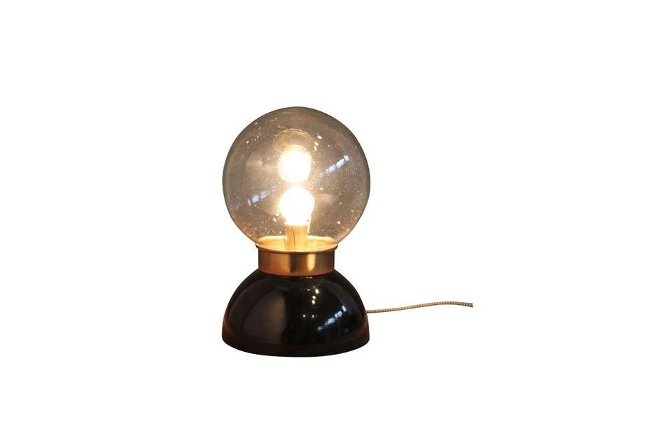 Cette lampe en verre à poser, de 30 centimètres de hauteur, est totalement circulaire