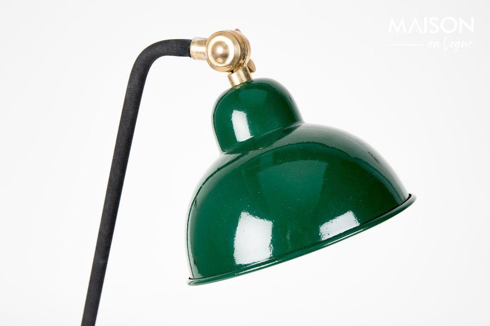 Cette élégante lampe à poser sur son bureau est montée sur un pied laqué en noir se terminant