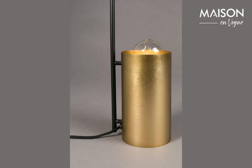 La finesse de ce dernier accentue la distinction naturelle de cette lampe contemporaine