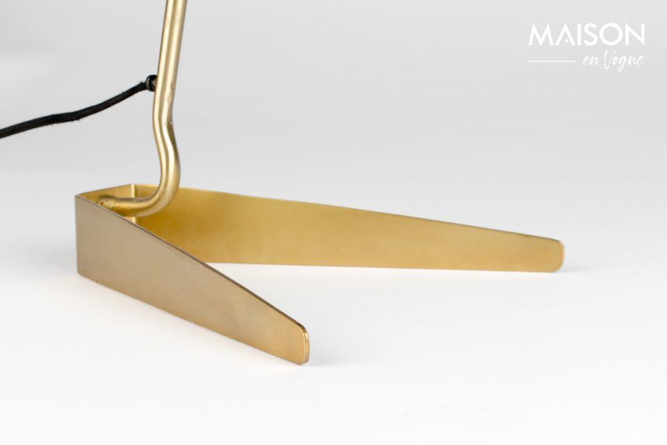 La base et le pied en métal doré présentent un design très sobre