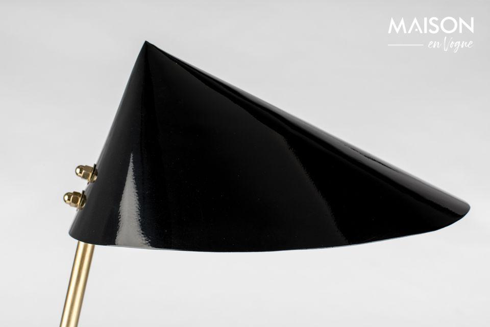 Lizzy est une charmante petite lampe de bureau dont le design joue audacieusement avec les formes