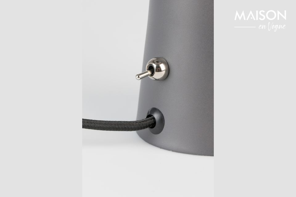 En fer laqué couleur chrome, la lampe est inclinable