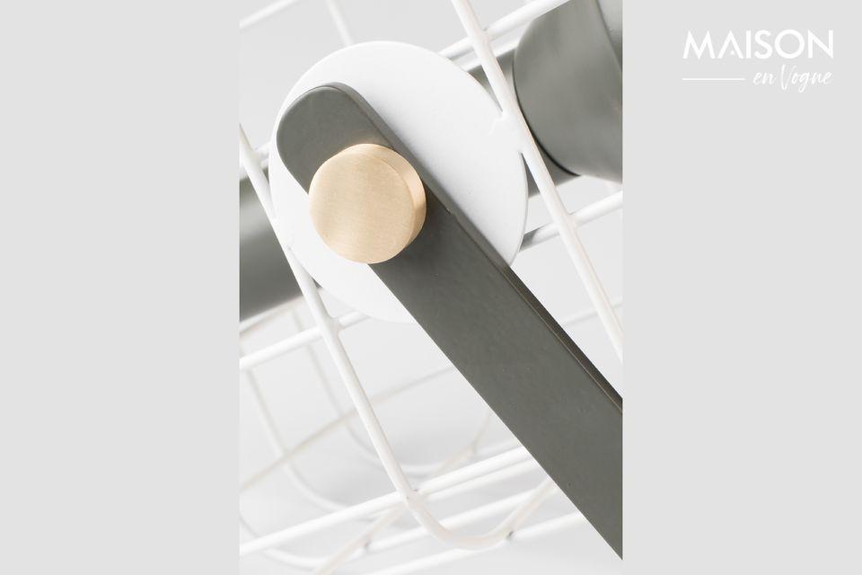 Le corps de la lampe de table est constitué d\'aluminium laqué couleur naturelle avec des