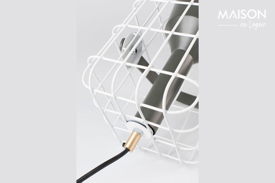 La lampe est entouré d\'une cage blanche en fer laqué agréable à regarder