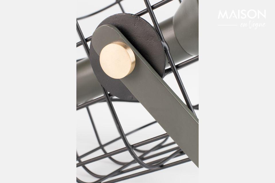 La lampe est entourée d\'une élégante cage en fer laqué