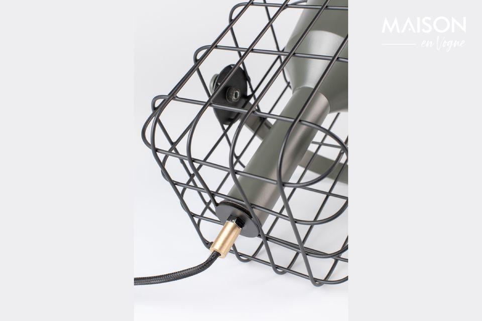 Le corps de la lampe est en fer laqué avec des finitions en laiton