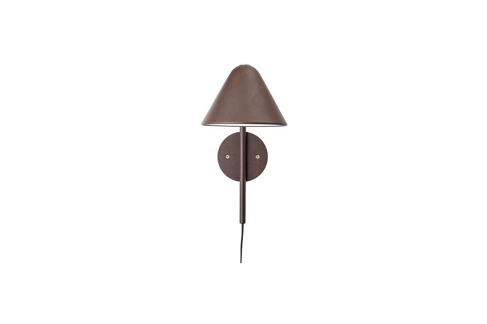 Son coloris marron permet de sortir du traditionnel noir extrêmement courant pour ce type de lampe