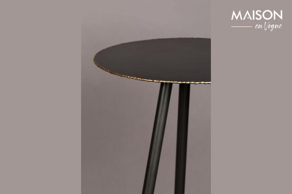Ce meuble repose sur des pieds de métal enduits de poudre d\'or