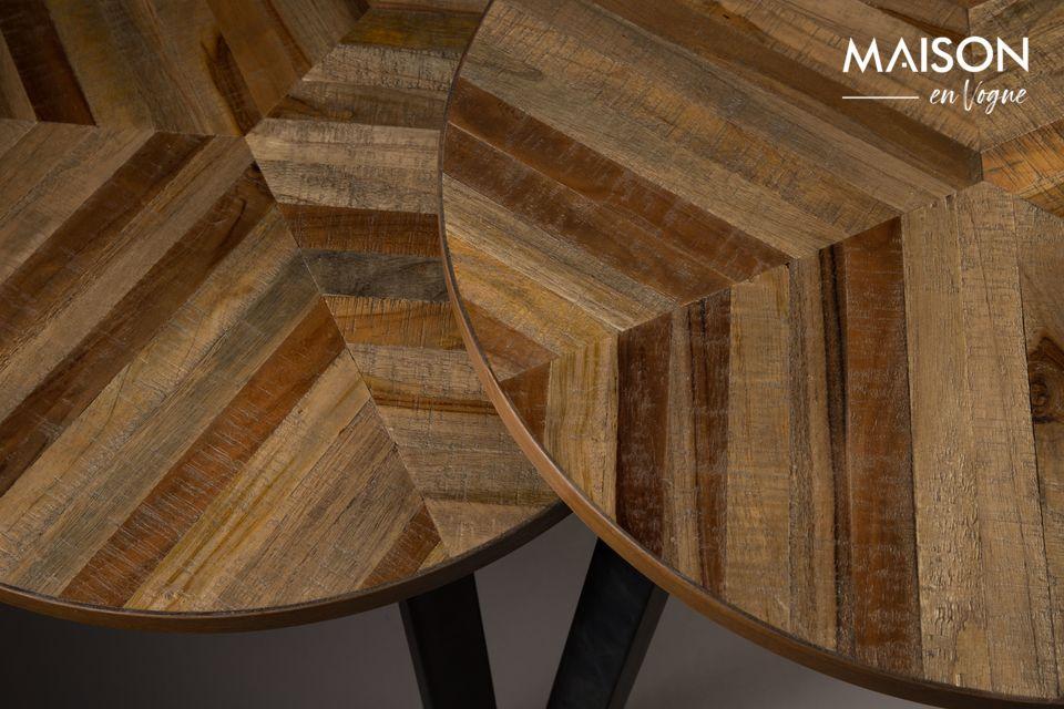 Chaque table a une hauteur différente pour créer un équilibre : 50 et 55 cm