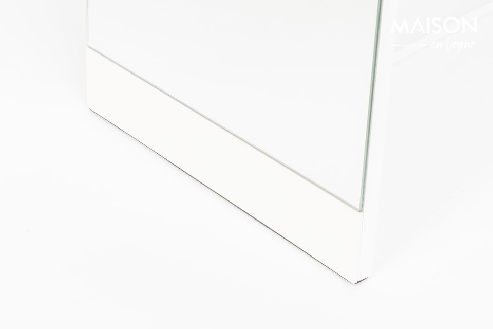 Un miroir sur pied à la structure solide en acier
