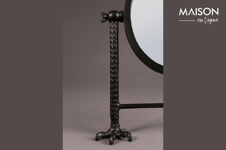 Les deux pieds sont également recouverts de plumes sculptées, dans un style original et audacieux