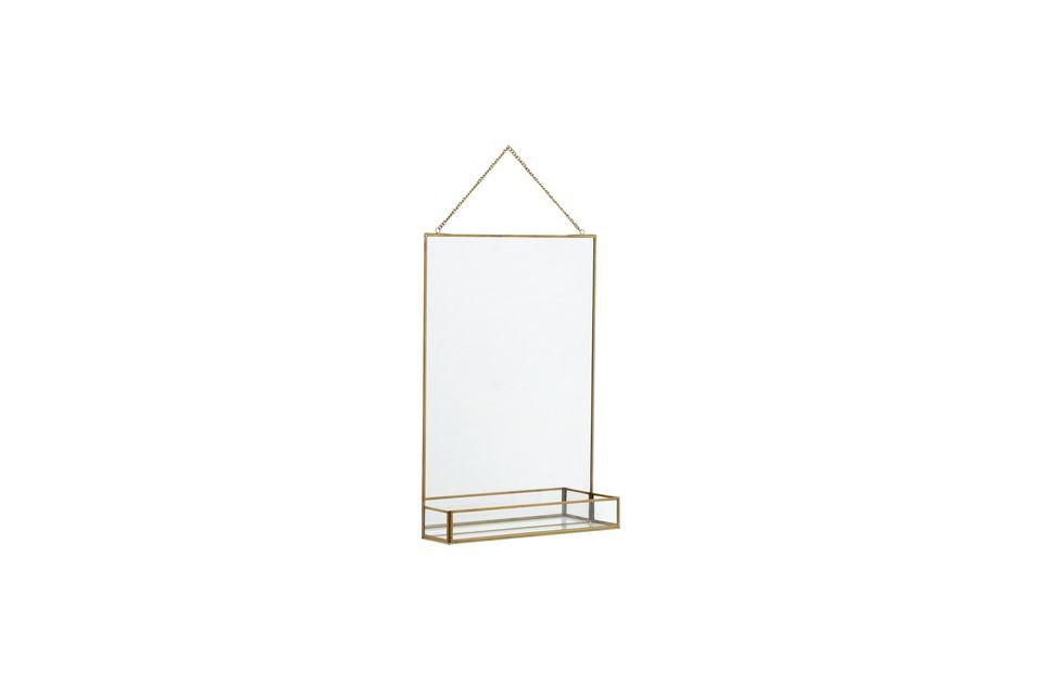 Un miroir et son étagère soulignés par une finition dorée
