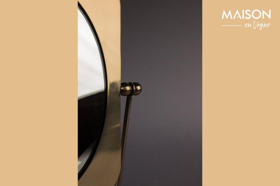 Le miroir de table Pris est un accessoire laqué laiton dont les reflets dorés lui confèrent