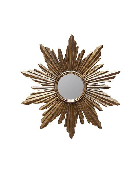 Encadré par des rayons en résine dorée, le miroir soleil Segrois est intrigant