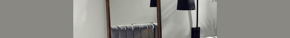 Mise en avant matière Miroir sur pied Wasia avec cadre en bois