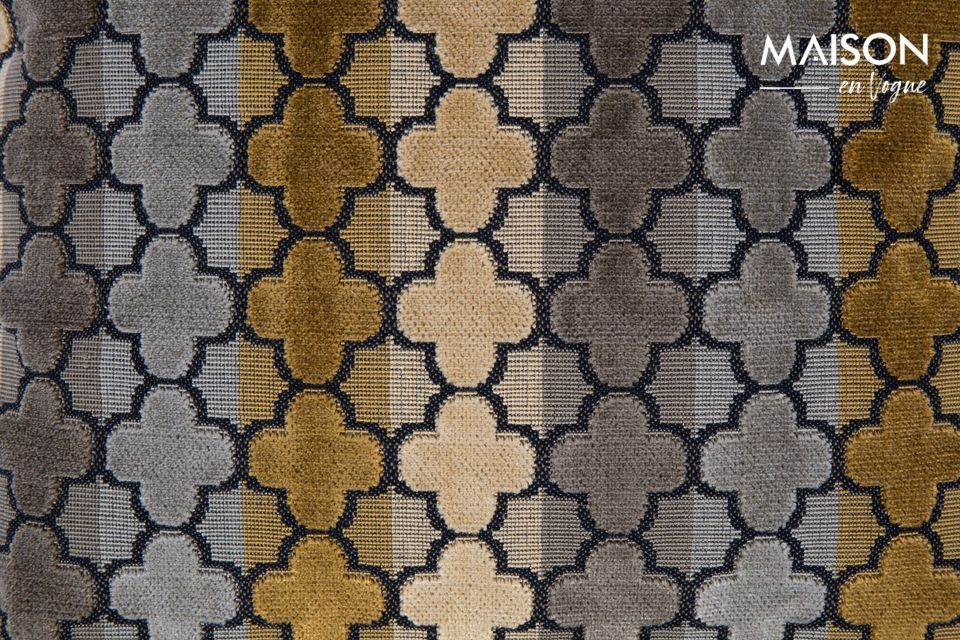 Il est recouvert d\'un tissu au toucher doux et de motifs géométriques répétés