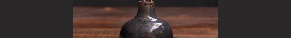 Mise en avant matière Petit vase en céramique gris noir Houlle
