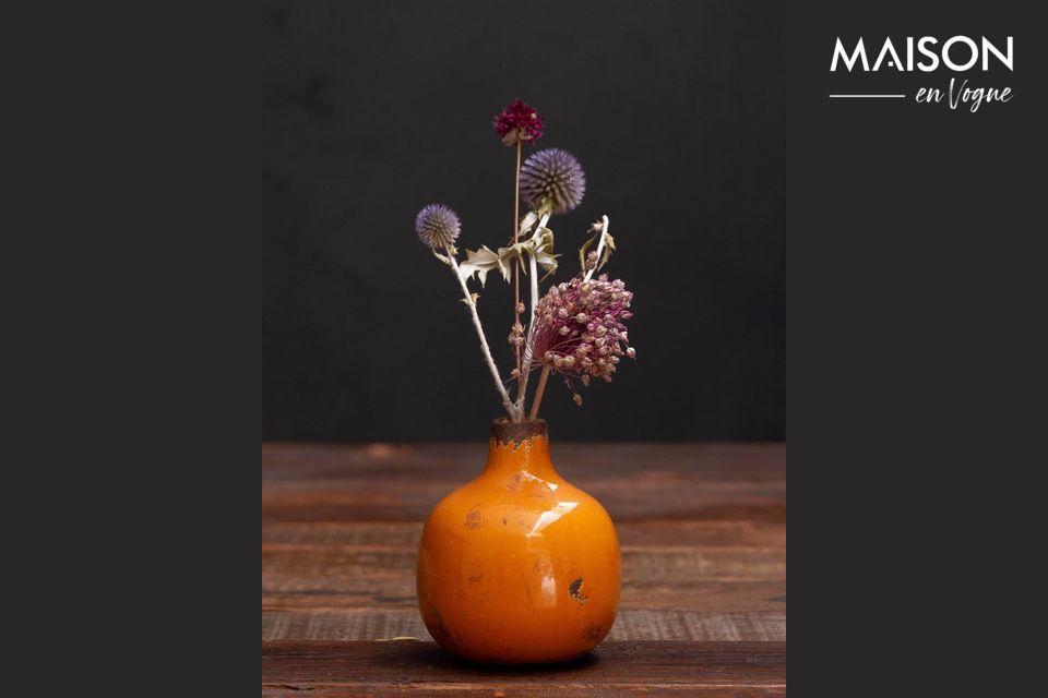 Ce vase en céramique à la forme simple se mariera sans problème avec votre intérieur
