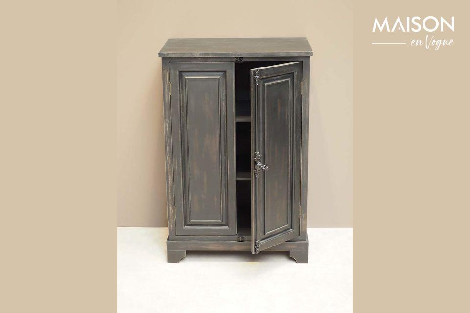 Cette petite armoire est en bois de pin, peinte en noir patiné