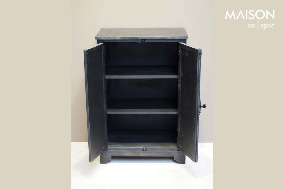Une petite armoire en bois noir patiné à finitions antiques