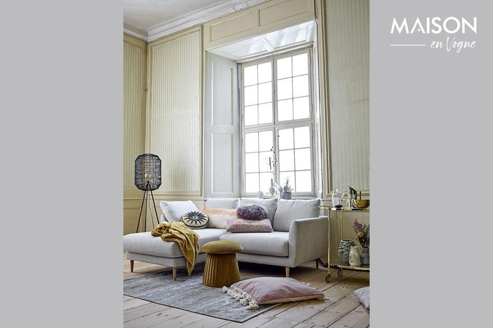 Avec son architecture couleur crème en grès et ses finitions vieillies