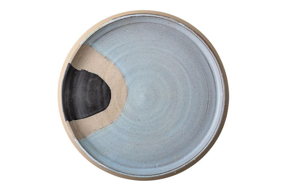 Peinte à la main, cette assiette de terracotta donne tout son sens aux mots unique et original