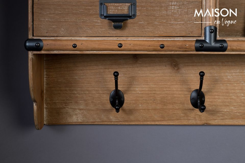 Les tiroirs sont ornés de poignées avec porte-étiquettes