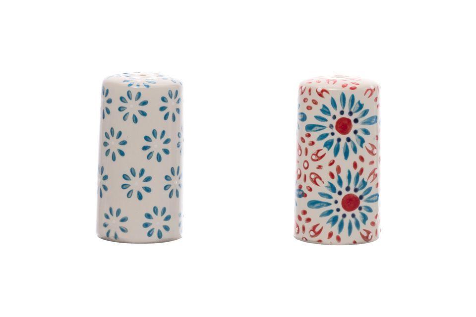 Cet ensemble égaiera votre table avec ses motifs rouges et bleus