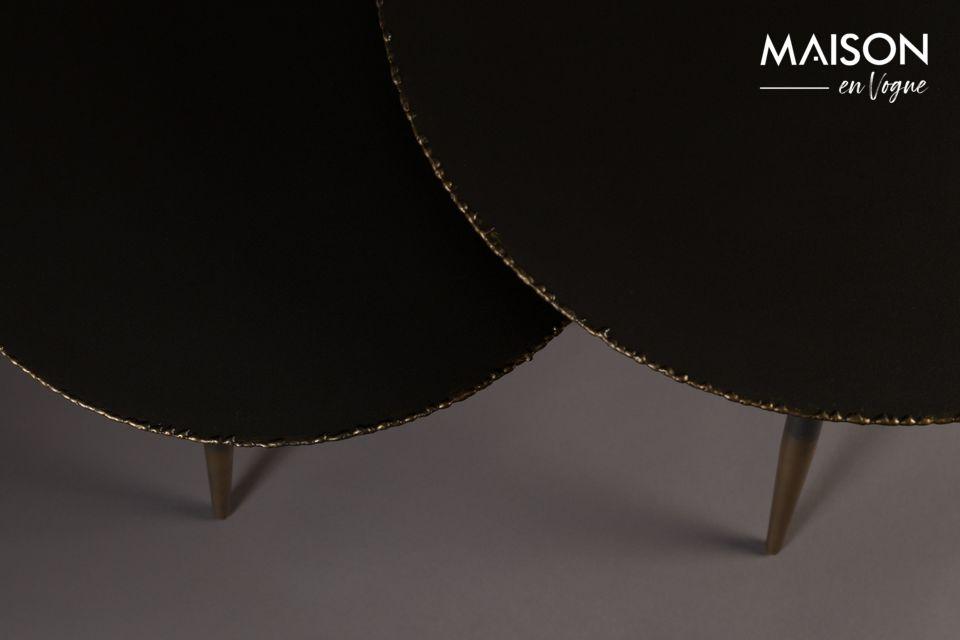 Les 3 pieds en fuseau (44 ou 50cm selon la table) sont élégants avec leur finition laquée dorée