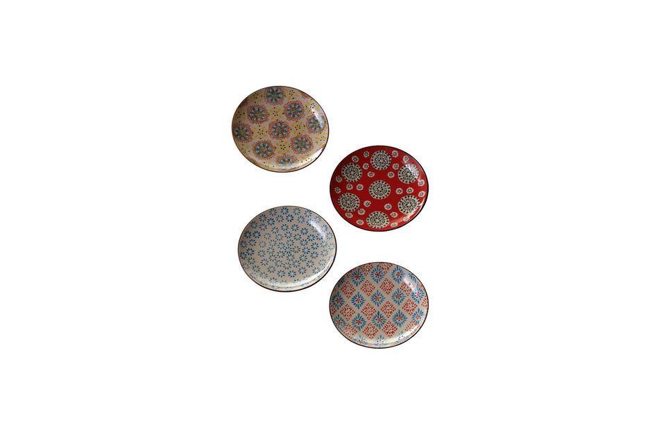 Un ensemble de 4 assiettes plates en céramique Chacune est différente pour amener un peu de