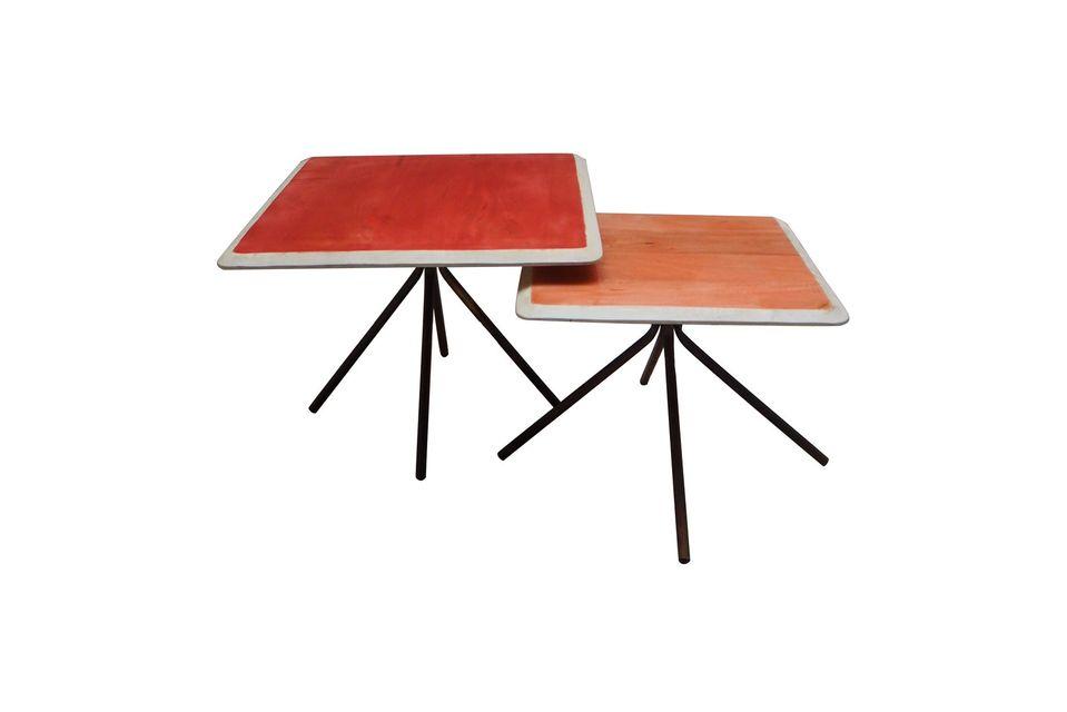 De la couleur avec ses deux tables d\'appoint rectangulaires en bois laqué