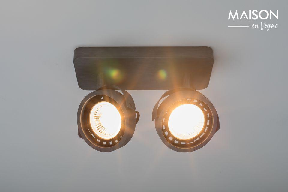 Ce luminaire possède 2 spots dirigeables et il est fabriqué à partir d\'aluminium galvanisé