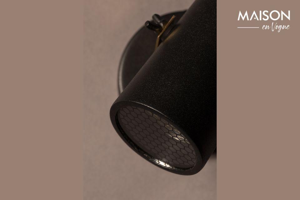 Avec son abat-jour en acier laqué noir et son support en laiton