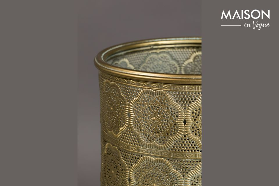 Le pot est surélevé par des pieds également enduits de poudre doré